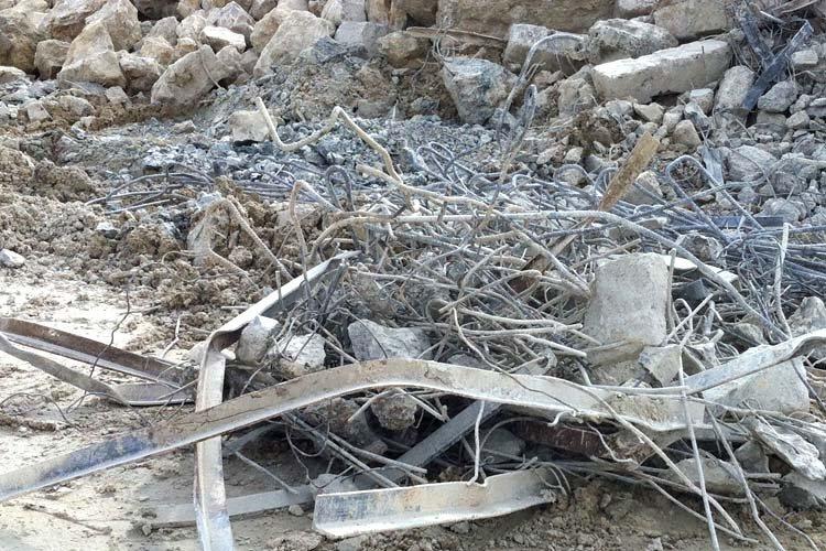 Déferailler du béton armé ou déchets de démolition avec l'aimant Dynaset
