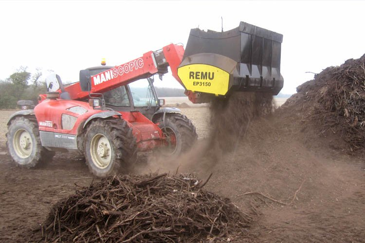 Criblage de compost avec godet cribleur remu