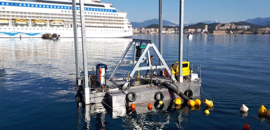 Barge de travail pour dragage et manutention de corps morts